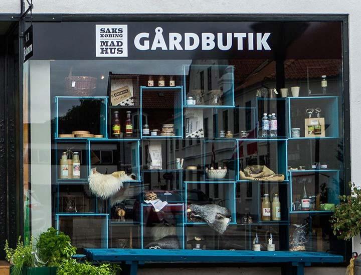 Sakskøbing Madhus byder dig indenfor i gårdbutikken i hjertet af Sakskøbing, hvor du har mulighed for at finde de bedste friske råvarer fra Sydhavsøerne.